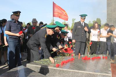 ДВ 2 участники акции возлагают цветы к вечному огню