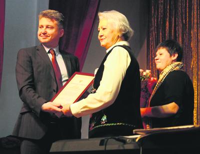 Андрей Сургаев вручает поздравтельные грамоты Гульгине Шонкоровой.