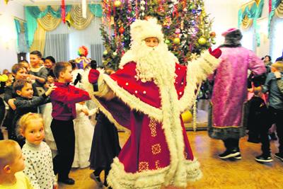 Веселый Дедушка Мороз лично возглавлял все детские забавы.